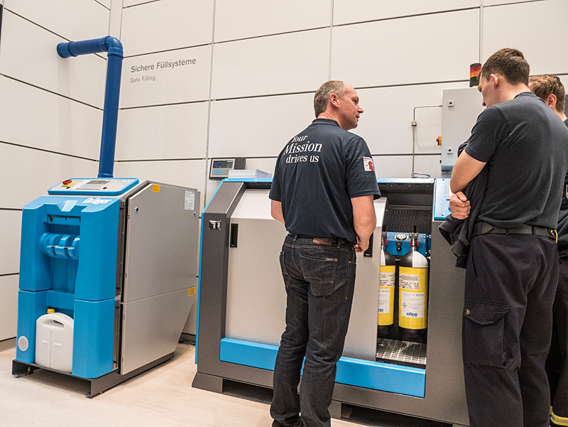 Volker Reymann from the DRÄGER team explains the BAUER B-SAFE safety filling system